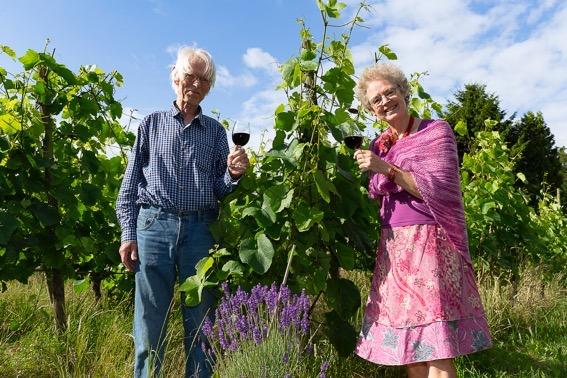 Johan en Lidwien in de biologische wijngaard