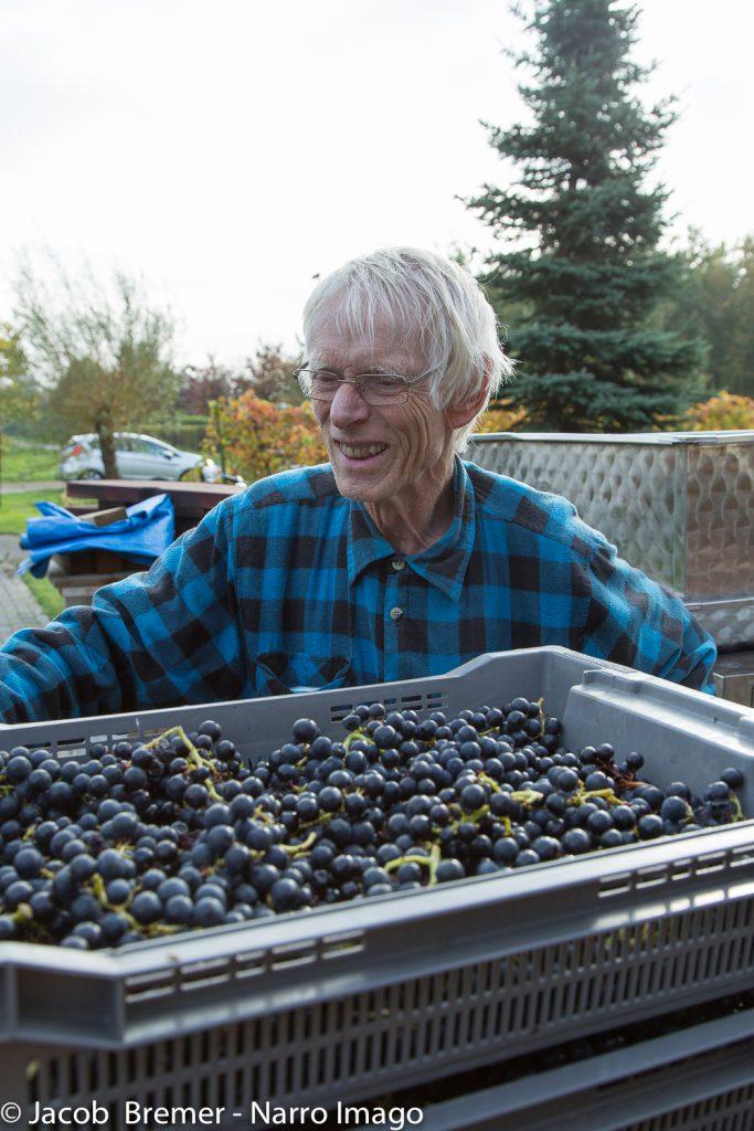 blij met de druivenoogst