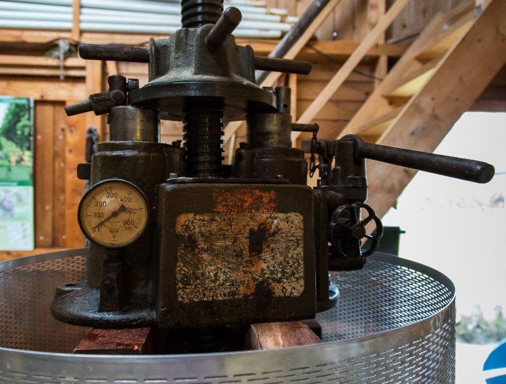 oude wijnpers in gebruik